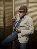 Заниманный старший человек выпивая alcohol_1 Стоковое Изображение