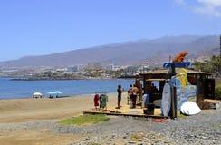 Заниматься серфингом лачуга с серферами и досками прибоя на пляже стоковые изображения