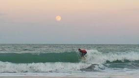 Заниматься серфингом восход луны стоковая фотография rf