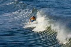 заниматься серфингом захода солнца Стоковые Фотографии RF