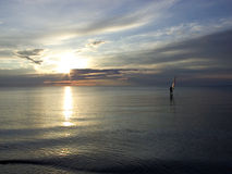 заниматься серфингом захода солнца стоковая фотография