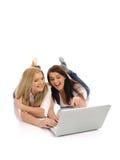 заниматься серфингом интернета девушки друзей милый Стоковое Изображение RF