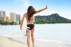 Заниматься серфингом серфинг девушки серфера потехи счастливый идя на пляже Стоковые Изображения RF