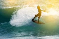 заниматься серфингом силуэта стоковое изображение