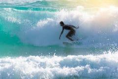 заниматься серфингом силуэта стоковые изображения rf