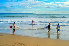 заниматься серфингом bali Много серферов стоковое изображение rf