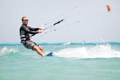заниматься серфингом kiteboarder змея Стоковое Изображение RF
