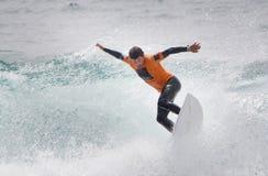 заниматься серфингом shortboard человека Стоковые Фото