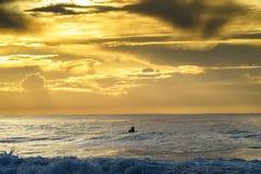 Занимающся серфингом в океане в Umdloti, KZN, Южная Африка стоковые фотографии rf