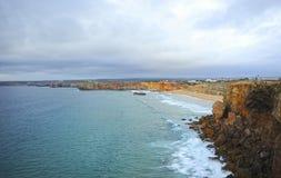 Занимающся серфингом в пляже Sagres, Алгарве, Португалия Стоковое Изображение