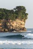 Занимающся серфингом на Watu Karung, Ява, Индонезия Стоковые Фото