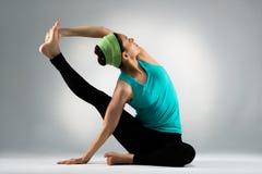 Занимаясь культуризмом женский танцор протягивает тело Стоковая Фотография