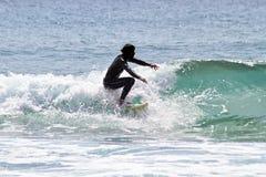 занимаясь серфингом волны стоковые изображения