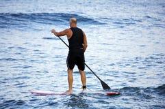 занимаясь серфингом волны Стоковая Фотография