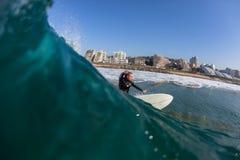 Занимаясь серфингом вода серфера действия Стоковая Фотография