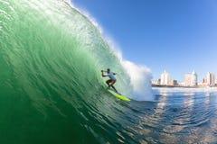 Занимаясь серфингом волна МАЛЕНЬКОГО ГЛОТКА серфера Стоковая Фотография RF