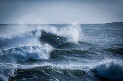 занимаясь серфингом волна Стоковые Изображения