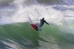 Занимаясь серфингом действие серфера Стоковые Фотографии RF