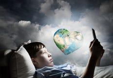 Занимаясь серфингом интернет перед сном стоковые изображения
