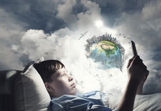 Занимаясь серфингом интернет перед сном стоковое изображение