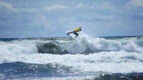 Занимаясь серфингом пляж Hermosa Puntarenas Коста-Рика стоковые изображения