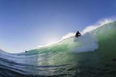 Занимаясь серфингом серфер принимает  Стоковая Фотография RF