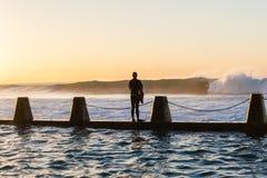 Занимаясь серфингом скачка бассейна волн всадника приливная Стоковая Фотография RF
