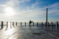 Занимаясь серфингом скачка пристани океана серфера Стоковые Изображения RF