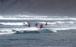 Занимаясь серфингом уроки, Лансароте Famara Стоковые Изображения