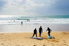 Занимаясь серфингом уроки школы приставают Португалию к берегу стоковое изображение rf
