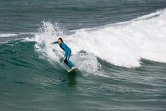 Занимаясь серфингом - Newquay - Корнуэлл - Англия Стоковое Изображение RF