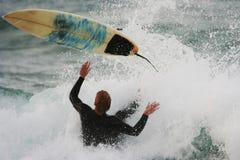 занимаясь серфингом wipeout стоковые фотографии rf
