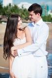 Заново пожененные пары после wedding в роскошном курорте Море романтичного жениха и невеста расслабляющее близко honeymoon стоковая фотография