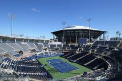 Заново построенный стадион трибуны на короле Национальн Теннисе Центре Билли Джина готовом для США раскрывает турнир в топить, NY стоковое фото rf