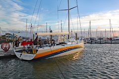 Заново построенный Oystercatcher участвуя в гонке яхты XXVIII приезжает в вечер на Марину Тауранги для грузить к Соединенным Штат стоковые фото