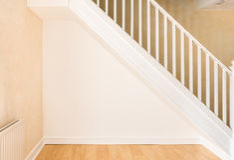 Заново украшенная стена под лестницей в отечественной комнате Стоковое Изображение RF
