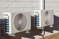 2 заново установленных блока кондиционирования воздуха установленного на Walll Стоковые Изображения RF