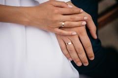 Заново wed couple& x27; руки s с обручальными кольцами Стоковая Фотография RF