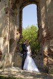Заново weds представлять на архитектурноакустическом месте Стоковое Изображение