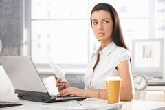 Занятая девушка офиса с документом Стоковая Фотография RF