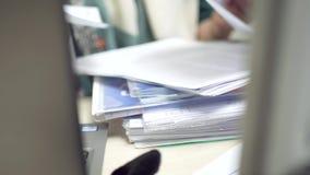 Занятая женщина в офисе делая обработку документов сток-видео