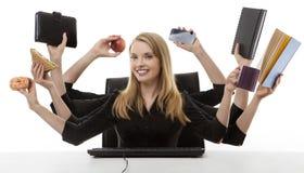 Занятая женщина на ее столе Стоковое Фото