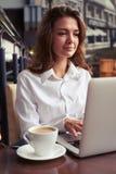 Занятая женщина работая во время перерыва на чашку кофе Стоковые Фото