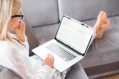 Занятая женщина работая с компьютером дома стоковые фотографии rf
