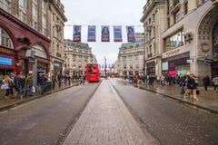 Занятая и кукареканная улица Оксфорда, Лондон Стоковые Изображения