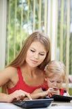 Занятая мать с ребенком Стоковое Изображение RF