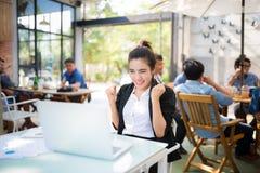 Занятая молодая бизнес-леди работая на столе Стоковые Изображения RF