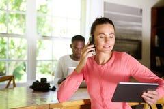 Занятая молодая коммерсантка работая в офисе стоковые фотографии rf