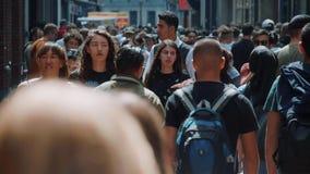 Занятая пешеходная зона в множестве города людей всех времен - весьма замедленного движения снял - АМСТЕРДАМ/ГОЛЛАНДИЯ - 21-ое ию акции видеоматериалы