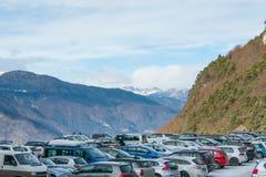 Занятая серия открытой автостоянки в лыжном курорте горных лыж Стоковое Фото